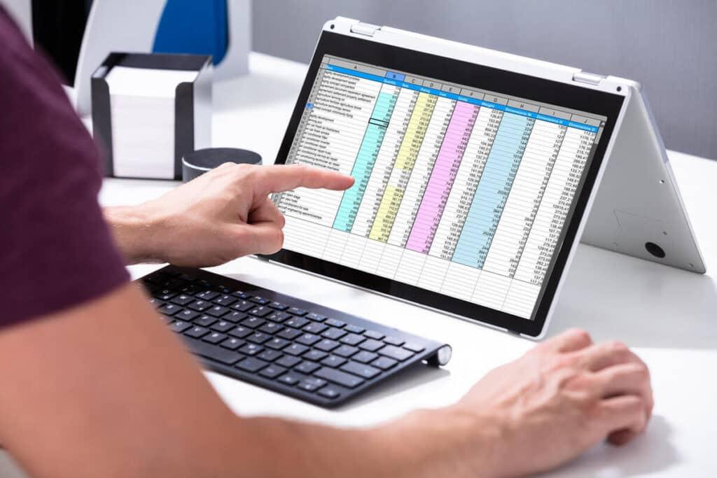 Pessoa trabalhando no computador com planilha